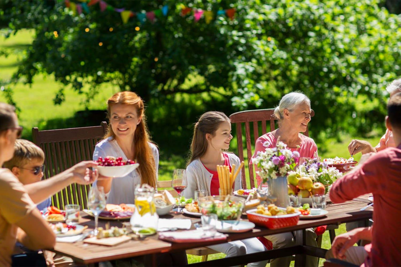 repas en extérieur salon de jardin